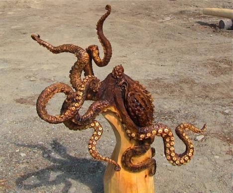 Imponerande skulptur av bläckfisk