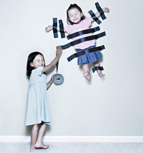 Barn hänger på väggen